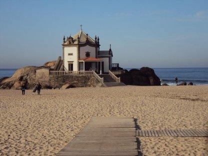a-praia-onde-esta-a-capela