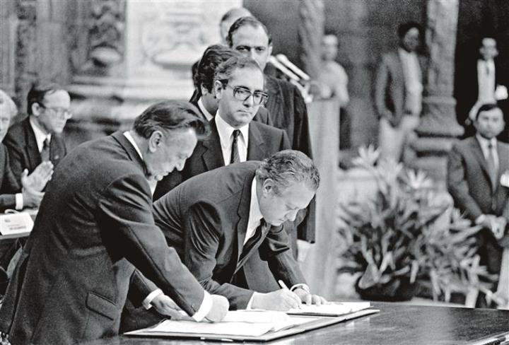 Assinatura dos Tratados de Adesão de Portugal e Espanha à CEE..png